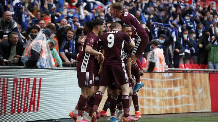 Die Spieler von Leicester feiern den Treffer von Youri Tielemans.