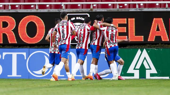 Jugadores de las Chivas del Guadalajara celebran un gol ante Necaxa.