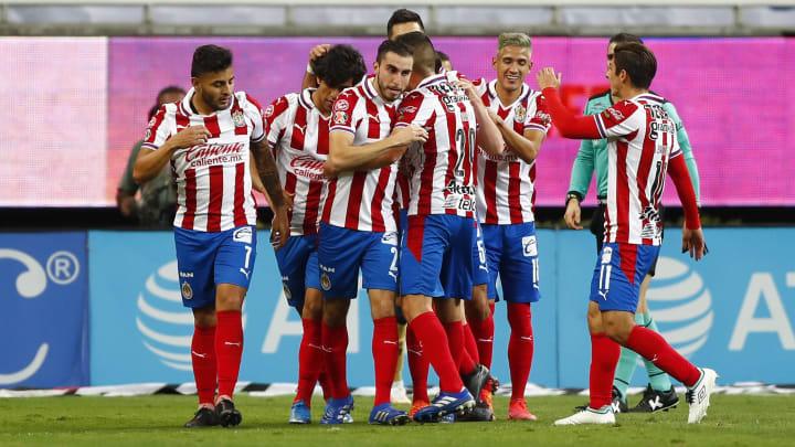 Jugadores de las Chivas del Guadalajara celebran un gol.