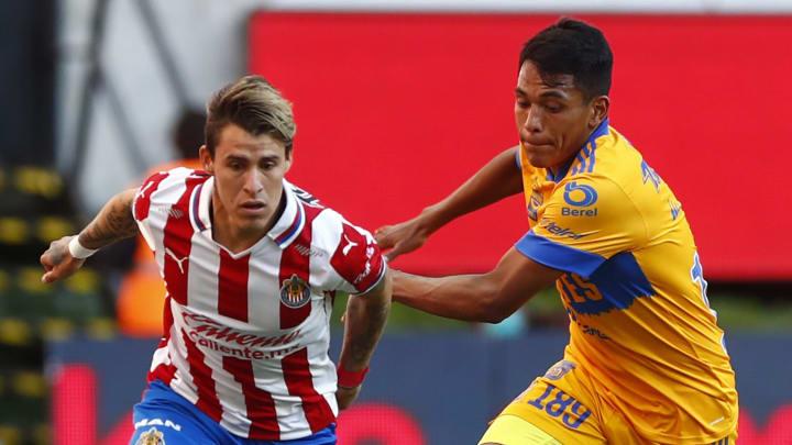 Cristián Calderón, siendo marcado por Alejandro Ávalos, volvió a ver acción con Chivas al superar sus lesiones.