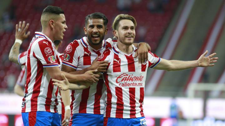 Ricardo Angulo, Miguel Ponce y Alan Torres festejan un gol de Chivas en el Guard1anes 2021.