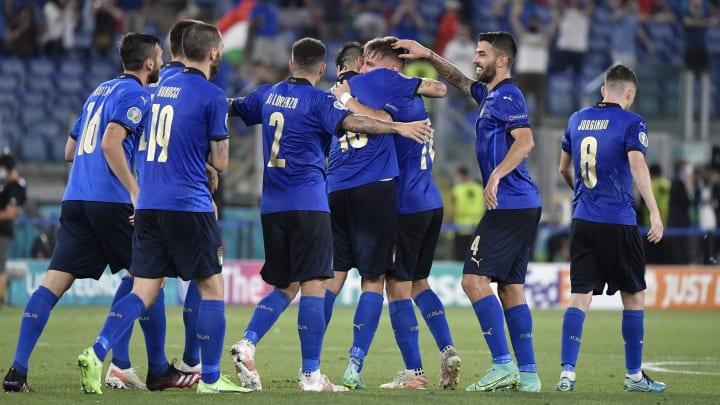 L'abbraccio dell'Italia dopo un gol