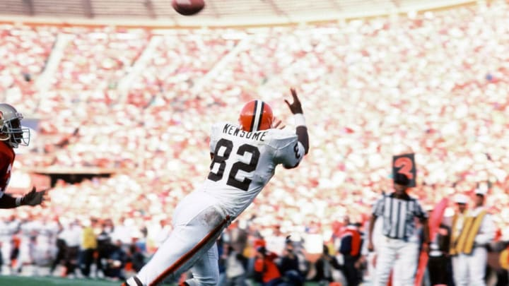 Ozzie Newsome makes a diving catch for the Cleveland Browns.
