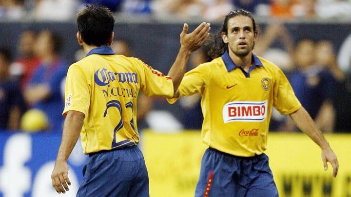 Club America's Jose Antonio Castro (R) i