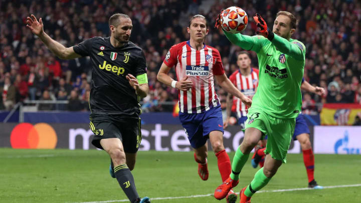 MADRID, SPAIN - FEBRUARY 20:  Jan Oblak of Atletico Madrid is challenged by Giorgio Chiellini of Juventus during the UEFA Champions League Round of 16 First Leg match between Club Atletico de Madrid and Juventus at Estadio Wanda Metropolitano on February 20, 2019 in Madrid, Spain.  (Photo by Angel Martinez/Getty Images)