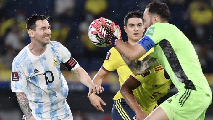 Ospina le ataja un balón a Leo Messi