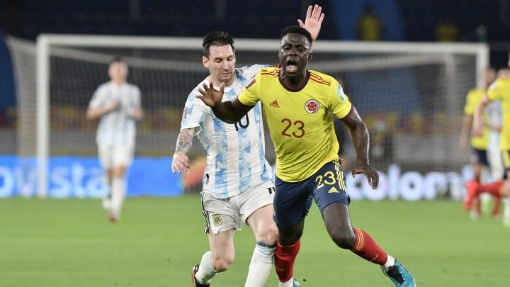 Colombia v Argentina - FIFA World Cup 2022 Qatar Qualifier - Messi comete una infracción.
