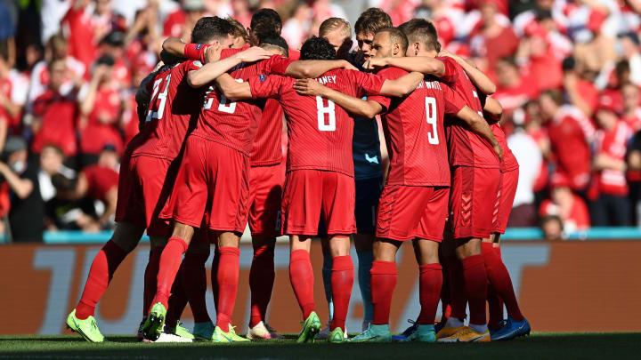 Dänemarks Spieler bilden einen Kreis vor dem Spiel gegen Belgien.