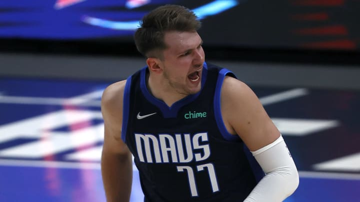 Los Angeles Lakers vs Dallas Mavericks prediction, odds, over, under, spread, prop bets for NBA betting lines tonight, Thursday, April 22.