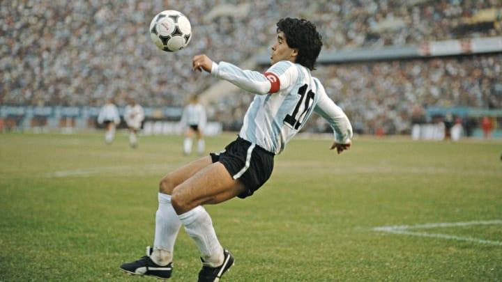 Diego Maradona tente un geste acrobatique avec la sélection argentine en 1985.