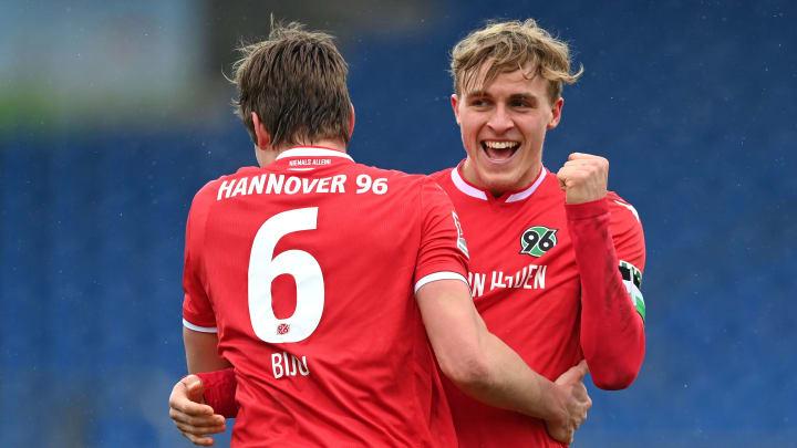 Hannover möchte Abwehrspieler Timo Hübers (rechts) halten