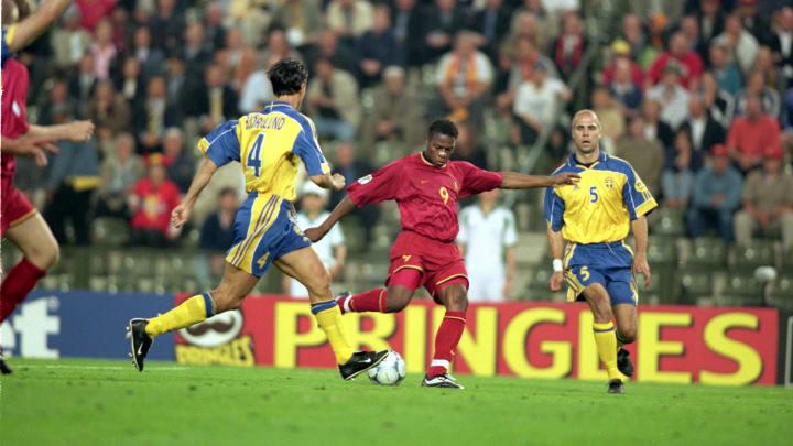 Emile Mpenza scores