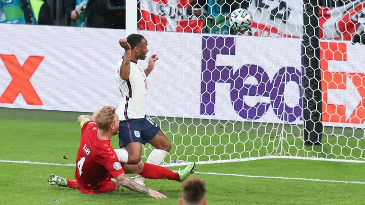 Dem Dänen Simon Kjaer (li.) unterlief im Halbfinale gegen England das letzte von insgesamt 10 Eigentoren bei dieser EM