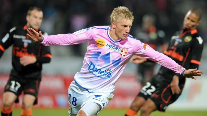 Evian's Danish defender Daniel Wass (C)