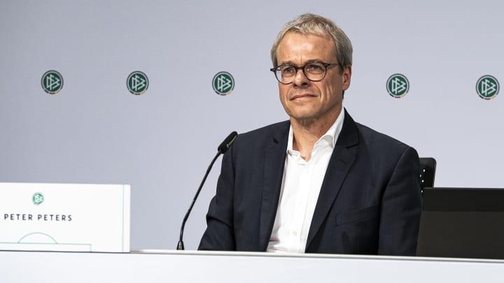 Peter Peters geht auch auf Schalke noch immer ein und aus (hier: DFB-Meeting)