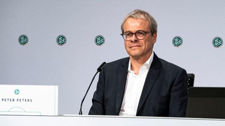 Nach dem Härtefall-Eklat hat Finanzvorstand Peter Peters seinen Rücktritt verkündet. Clemens Tönnies müsste ihm längst folgen.
