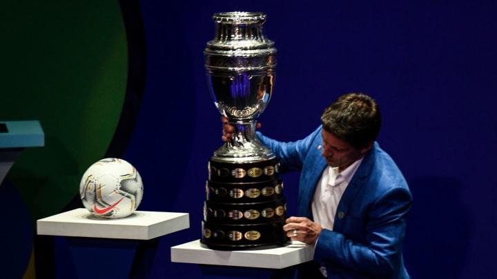 Pelota y trofeo del certamen internacional de selecciones.