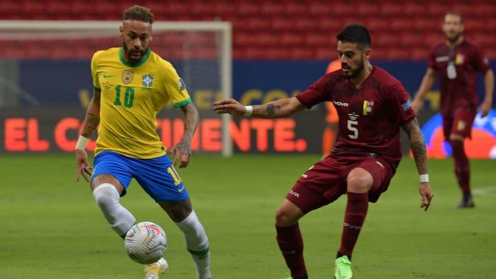 Junior Moreno up against Neymar
