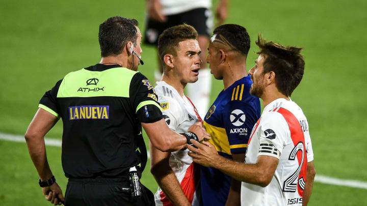 FBL-ARGENTINA-BOCA-RIVER - Los colombianos Villa y Borré discuten en el Superclásico.