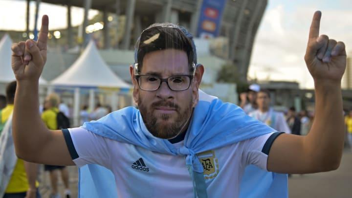 Torcedor da Argentina veste máscara de Lionel Messi.