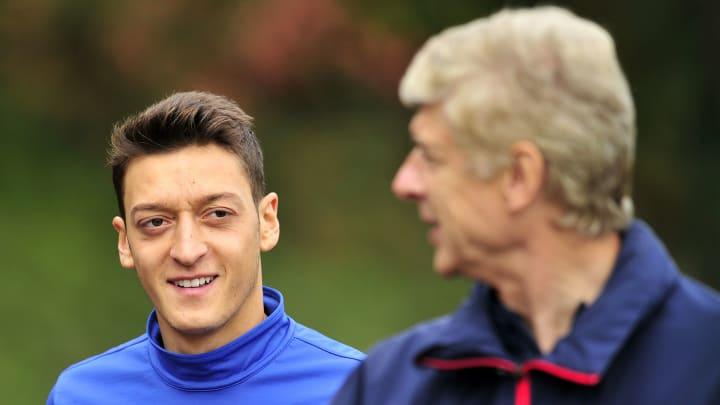 Mesut Özil lors d'un entrainement avec son mentor, Arsène Wenger.