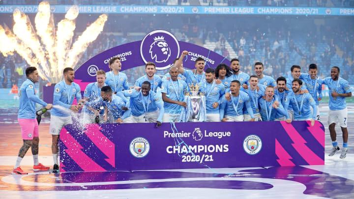 Manchester City bekommt den Pokal zum Gewinn der Premier League.