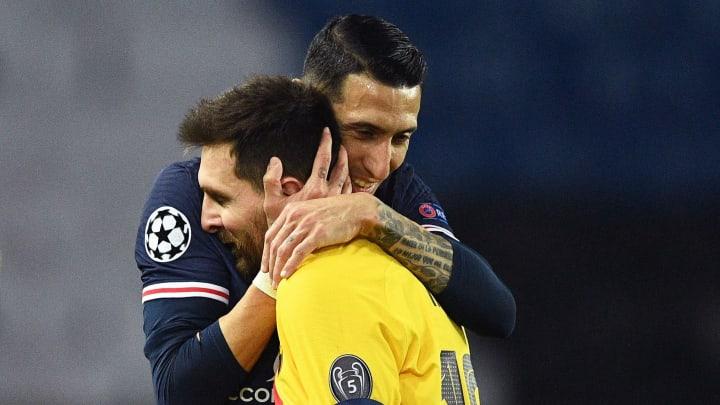 El argentino Ángel Di María abraza a su compatriota Lionel Messi tras la eliminación en la UEFA Champions League.