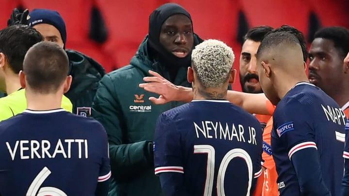 Le match entre le PSG et Basaksehir a été interrompu après des soupçons de propos racistes de la part du 4e arbitre de la rencontre