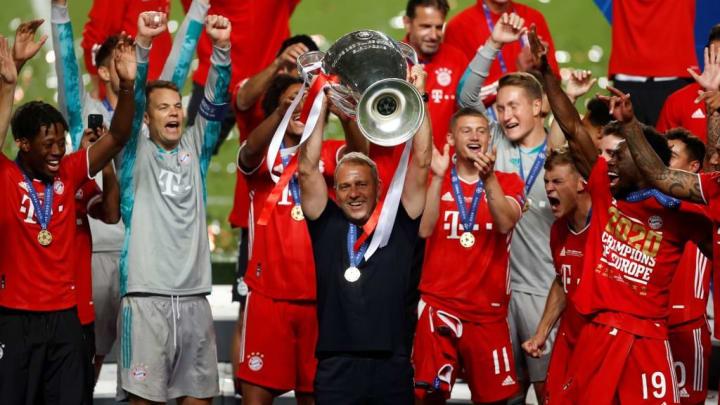 Am Sonntag führte Hansi Flick (Mitte) den FC Bayern zum zweiten Triple der Vereinsgeschichte