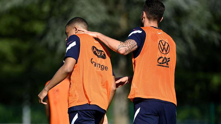 L'accolade entre Giroud et Mbappé, ce jeudi à l'entraînement de l'Équipe de France.