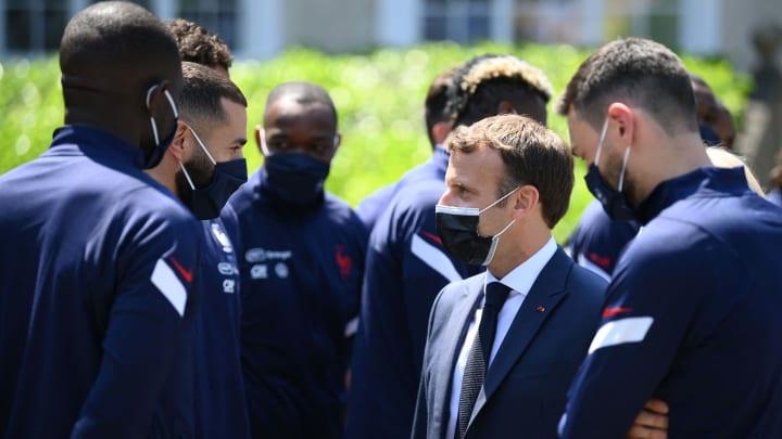 Le Président Macron en discussion avec Benzema et les joueurs de l'équipe de France.