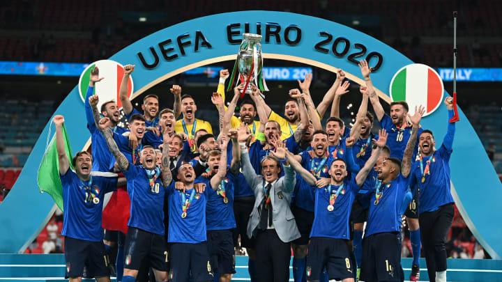 Italia angkat trofi Piala Eropa 2020