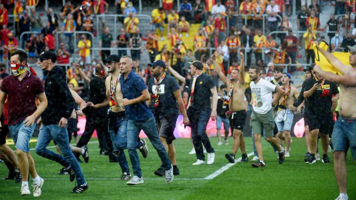 Les supporters du RC Lens ont envahi le terrain à la pause du derby du Nord.