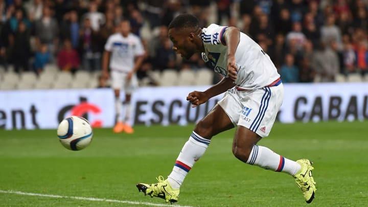 Kalulu gia nhập AC Milan bằng một bảng hợp đồng tự do từ Lyon
