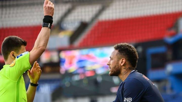 Neymar perdeu a paciência com Tiago Djaló e acabou empurrando o zagueiro do Lille. Com isso, levou seu segundo cartão amarelo no jogo e foi expulso.