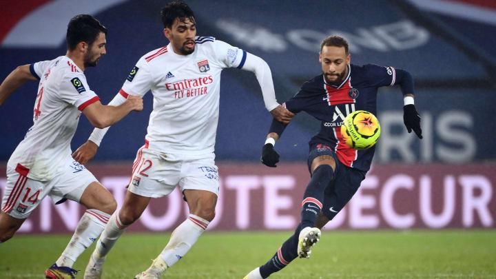 Com vários brasileiros em campo, PSG e Lyon medem forças pela 6ª rodada da Ligue 1.