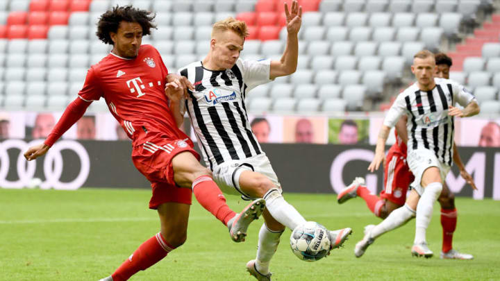 Joshua Zirkzee thunders into a challenge against Freiburg