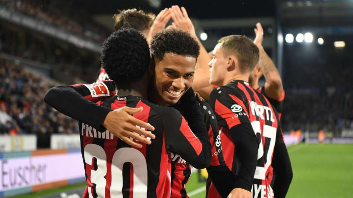Amine Adli (Mitte) und Jeremie Frimpong (links) bejubeln den 4:0-Sieg gegen Arminia Bielefeldt. Im Hintergrund sieht man Florian Wirtz (rechts).