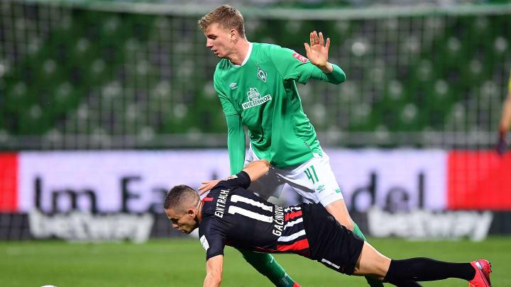 Bremens junge Sturmhoffnung Nick Woltemade im Zweikampf