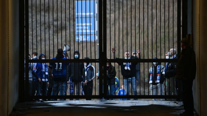 Schalker Fans versuchten das Stadion zu stürmen.