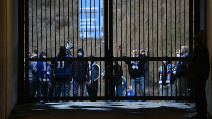 Schalke-Fans beim Derby an den Zäunen zum Stadion