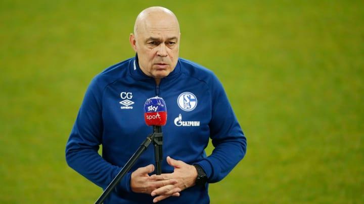 Vor den Mikros wird auf Schalke immer wieder das Durchhalten betont