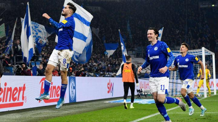 Ein Bild wie aus einer anderen Zeit: Schalke umjubelt den Sieg gegen Gladbach