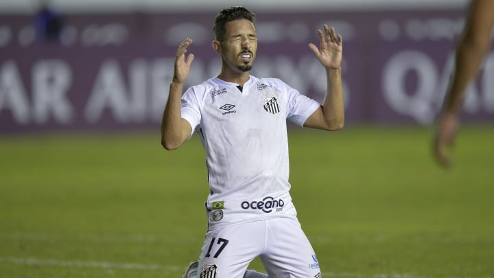 Jean Mota, Vladimir, Jonathan Copete e mais: confira cinco jogadores que o torcedor do Santos não aguenta mais.