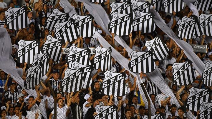 Torcida não estava presente no estádio, mas com certeza ficaria 'ensandecida' com o gol que nem Pelé fez.