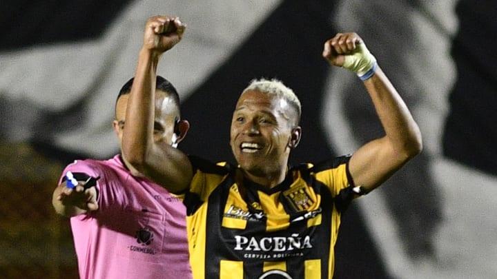 FBL-LIBERTADORES-STRONGEST-BARCELONA - Jair Reinoso festeja uno de sus dos goles.