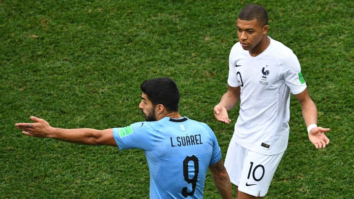 Centroavante uruguaio não ficou em cima do muro e assumiu que prefere Haaland, mas ressaltou o potencial de Mbappé.