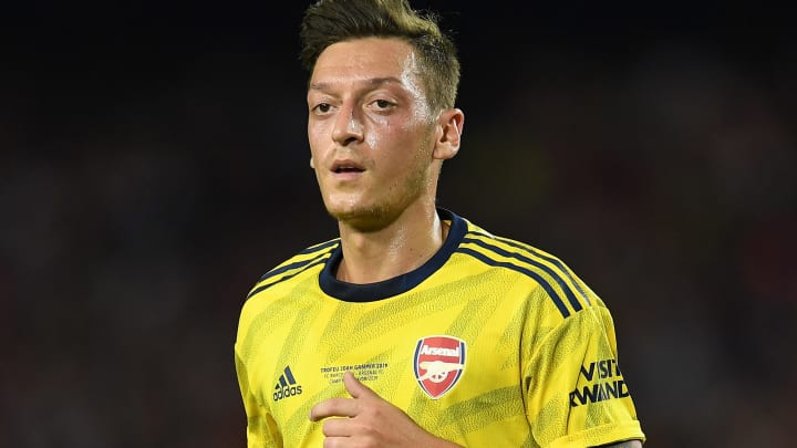 BARCELONA, SPAIN - AUGUST 04: Mesut Ozil of Arsenal looks on during the Joan Gamper trophy friendly match between FC Barcelona and Arsenal at Nou Camp on August 04, 2019 in Barcelona, Spain. (Photo by David Ramos/Getty Images)