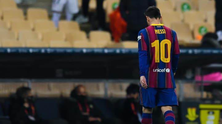 Lionel Messi auf dem vorzeitigen Gang in die Kabine nach seinem ersten Platzverweis im Profi-Fußball.