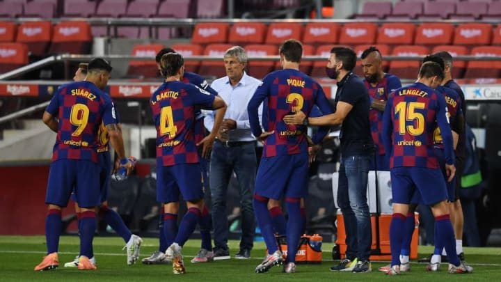 Quique Setien talking to his players during a 'cooling break'